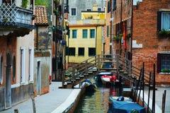 Färgrika historiska byggnader och bro, i Venedig, Italien Royaltyfria Foton