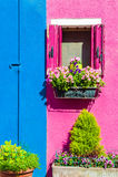 Färgrika hus i Burano nära Venedig, Italien Arkivfoto