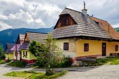 Färgrika hus i den gamla traditionella byn Vlkolinec, Slovakien Arkivbilder