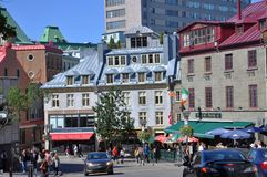 Färgrika hus i gammala Quebec City Arkivbilder