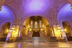 Färgrika huvudsakliga Hall av fredslotten Arkivbilder