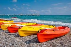Färgrika kajaker vid stranden Arkivbild
