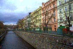 Färgrika Karlovy varierar byggnader Arkivfoton
