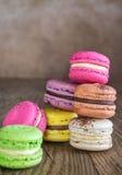 Färgrika macarons på träbakgrunden Royaltyfri Fotografi