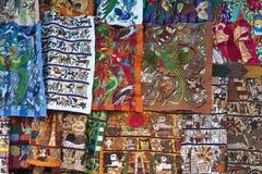 Färgrika material - marknadsföra i Chichicastenango Arkivfoto