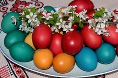 Färgrika påskägg och en utlöpare av yandaen Royaltyfri Bild