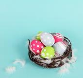 Färgrika påskägg som är ljusa och Arkivfoton