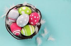 Färgrika påskägg som är ljusa och Fotografering för Bildbyråer