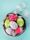Färgrika påskägg som är ljusa och Royaltyfri Foto