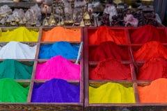 Färgrika pulver i Katmandu Arkivfoto