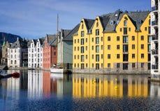 Färgrika reflexioner av byggnader, Alesund, Norge Fotografering för Bildbyråer