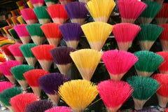 färgrika rökelsesticks Arkivfoto