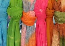 färgrika scarves Royaltyfri Bild