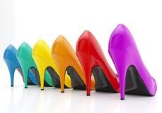 Färgrika skor för kvinnastiletthäl som isoleras på vit bakgrund Arkivfoton