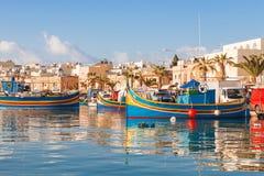 Färgrika traditionella medelhavs- fartyg, Marsaxlokk, Malta Arkivbilder