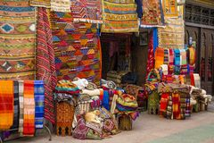 Färgrika tyger på Agadiren marknadsför i Marocko Arkivfoto