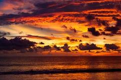 Färgrika virvelmoln och himmel efter solnedgång Ett härligt rött och Arkivbild