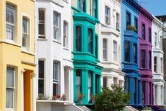 Färgrikt engelska inhyser fasader i London Royaltyfri Foto