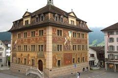 Färgrikt forntida stadshus Schwyz, Schweiz Royaltyfri Bild