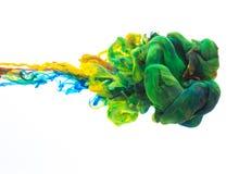 Färgrikt färgpulver bevattnar in Royaltyfri Bild