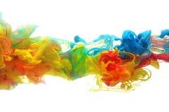 Färgrikt färgpulver i vatten Arkivfoto