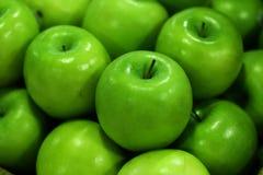 Färgrikt grönt äpple Arkivbilder