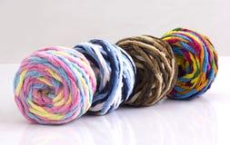 Färgrikt klumpa ihop sig av woolen garn Arkivbilder