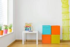 Färgrikt möblemang i barnrum Arkivfoto