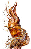 Färgstänk från iskuber i ett exponeringsglas av cola som isoleras på den vita bakgrunden Arkivbilder