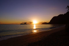 Früher Morgen-Sonnenaufgang auf Waimanalo-Strand über Felsen-Insel bursti Stockfotografie