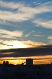 Früher Sonnenaufgang des gelben Winters über städtischem Haus Stockbild