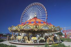 Fröhlich gehen Runde und Ferris Wheel, Marine-Pier, Chicago, Illinois Lizenzfreie Stockfotos