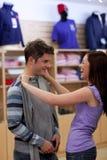 Fröhliche Paare, die nach einem Sweatshirt suchen Stockfoto