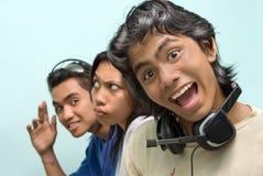 Fröhliches asiatisches callcenter Stockbilder