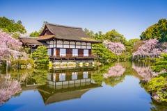 Frühling an Heian-Schrein Stockfotografie