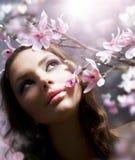 Frühlings-Schönheit mit Blumen Lizenzfreie Stockbilder