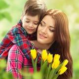 Frühlingsporträt der Mutter und des Sohns am Muttertag Stockbilder