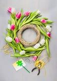 Frühlingstulpenblumen winden die Herstellung auf grauem Hintergrund Lizenzfreie Stockfotos