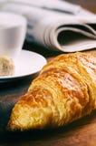 Frühstück mit Kaffeetasse und Hörnchen Stockbild