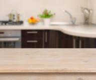 Frühstückstisch auf Kücheninnenraumhintergrund Stockbilder