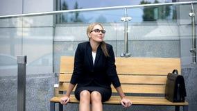 Fri affärskvinna för allergi som djupt andas, kännande lycka och lättnad arkivfoton