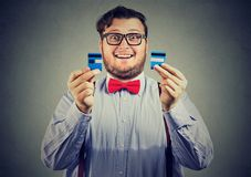Fri affärsman för upphetsad skuld i exponeringsglas som itu rymmer en kreditkort klippta stycken arkivbilder