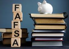 Fri applikation för FAFSA för federalt studenthjälpmedel Bokstäver på kuberna royaltyfri foto