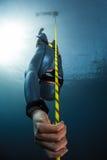 Fri dykare som stiger ned längs repet Arkivfoto
