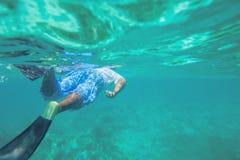 Fri dykning för ung man och snorkla på en rev nära Punta Cana Arkivbilder