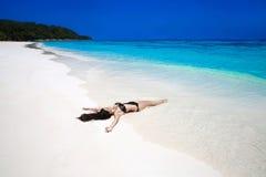 Fri härlig kvinna som tycker om den tropiska strandnaturen wellness B royaltyfri bild