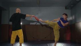 Fri kämpeutbildning sparkar in studion långsamt stock video