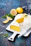 Fri kaka för citronmandelgluten med gräddostglasyr på kaka royaltyfri foto