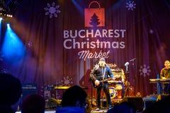 Fri konsert i stadens centrum Bucharest för spelmanVasile Seicaru Singing At Christmas marknad Fotografering för Bildbyråer