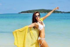 Fri kvinna som tycker om frihet som känner sig lycklig på stranden Royaltyfria Bilder